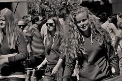 Streetportrait (heiko.moser (+ 9.800.000 views )) Tags: personen people person publicity potrait leute menschen monochrom mono blond bw blackwihte blancoynegro entdecken einfarbig eyecatch teen teens young youngwoman canon candid city noiretblanc nb nero girl sw schwarzweiss street strasse streetart streetfotografie schwarzweis streetportrait streetfoto discover women woman mdchen heikomoser