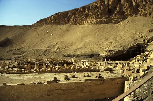 "Ägypten 1999 (417) Theben West: Totentempel des Mentuhotep II. • <a style=""font-size:0.8em;"" href=""http://www.flickr.com/photos/69570948@N04/29515488902/"" target=""_blank"">View on Flickr</a>"