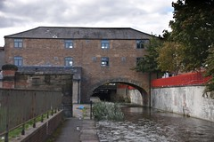 Straddle warehouse (Roger Bunting) Tags: chesterfieldcanal straddle worksop