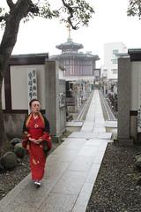 Lady in Kimono (Toni Kaarttinen) Tags: japan  japonia    jap japonsko jaapan  japani japon xapn    japn jepang an tseapin giappone  japna japonija  japo  japonska japn hapon  japonya nht bn japanese kawasaki spring daishi kawasakidaishi temple cemetery lady kimono woman