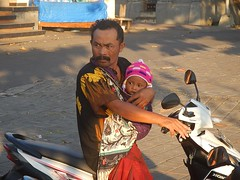 Papa poule (GeckoZen) Tags: scooter batik bébé seseh bali indonesia