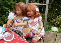 Zwei kleine Kchinnen ... (Kindergartenkinder) Tags: dolls himstedt annette kindergartenkinder essen park gruga garten kind personen annemoni sanrike milina tivi kochen