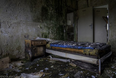 00 | 226 | 225 (endsilence) Tags: bed decay old lost dust abandoned silence
