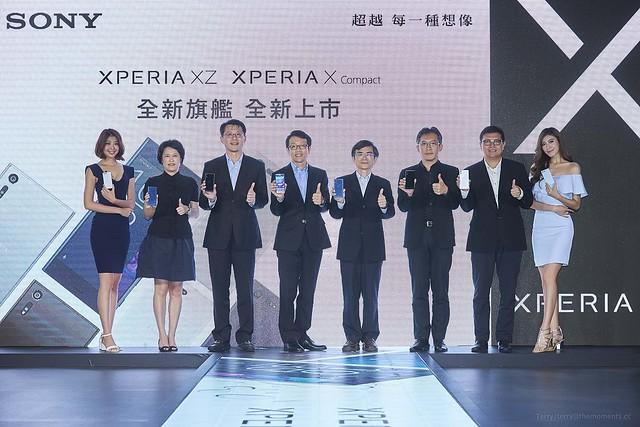 2.Sony Mobile 總經理 林志遠先生與各大電信業者合影,一同參與Sony最新旗艦機的閃耀時刻。