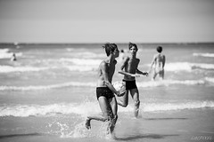 Jeux de mer (LACPIXEL) Tags: plage playa beach mer mar sea merslesbains picardie somme jeunes jovenes youngpeople boys garons chicos ballon pelota ball noiretblanc blackandwhite blancoynegro nikon nikonfrance d4s fx flickr lacpixel
