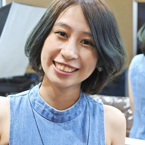 以茶色系做為基礎色彩,將髮型統一單一色澤後,另外以不使用漂粉(註①),用獨特的手刷紋理,加上酸性色彩疊色(註②)方式,於髮絲上造就出漸層蔚藍色澤。 沒有絢麗耀眼的Cosplay風格,沒有非主流性的另類髮色。以內斂且低調的質感,展現出絕佳的漸層染髮風格。 Hair Color/Tea Brown 焙茶冷棕(底色) Brush Color/Cerulean 蔚藍澄綠(全髮絲手刷色澤) Design & Photo/Anson Zacc Anson拿剪刀寫故事 Anson Phone/ 0953166281 其