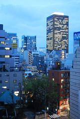 Tokyo in the blue hour (DameBoudicca) Tags: tokyo tokio  japan nippon nihon  japn japon giappone shiba   skyscraper skyskrapa grattacielo  gratteciel rascacielos wolkenkratzer evening kvll abend soir sera  worldtradecenter bluehour bltimmen blauestunde horaazul heurebleue  blue bl blau azul bleue orablu blu