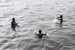 (Sbastien Pineau) Tags: rameswaram  tamilnadu inde india pcheurs pescadores fishermen sbastienpineau red filet net sea mer mar scan pineau scanned analog analogue argentique pellicule analogic argntico film scaner bw nb blackandwhite blancoynegro noiretblanc monochrome