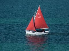 voiles rouges sur fond de mer bleue (chrdraux) Tags: voilier coque bateau couleurs rouge bleu blanc mer sea boat leschausey bretagne voyage voiles tissus aquatique marin reflets miroir vent driveur