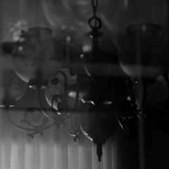 recuerdo.en.descomposicin (4) (Antonio Prez .) Tags: destello beam blink bw casa home brillo sheen brillance ornamentation reflejo reflection blancoynegro monocromo monocromtico monochrome monochromatic luzinterior interior light mono black white blackandwhite fujifilm x20