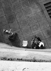 Bird's Eye View (Isengardt) Tags: birdseye bird birdseyeview vogel vogelperspektive menschen people leute statue steine stones treppe stairs fromabove vonoben black white monochrome stuhl chair couple prchen paar hndehalten holdhands view aussicht blick stuttgart badenwrttemberg staatsgalerie deutschland germany europe europa olympus omd em1 1250mm