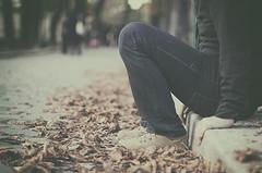 Otoo en Pars (Graella) Tags: pars francia france otoo autumn tardor retrato portrait retrat perelachaise hojas leaves fulles feet manos hands mans pies zapatos deportivas shoes desenfoque bokeh