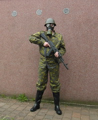 SAM_0516 (zeesenboot) Tags: camo camouflage gasmask wellies reenactment rubberboots gummistiefel helm airgun airrifle kalashnikov luftgewehr gasmaske tarnanzug kalaschnikow schutzmaske abcschutz