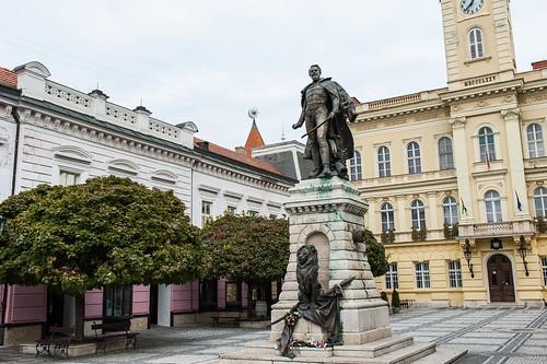 Komarno Városháza, Klapka György szobor
