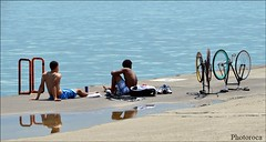 Relax. (Photoroca) Tags: lake michigan chicago relax agua water bicicles bici bicicleta chicos guys guy boys youth sun sol light hot hotter calor relaxing sport deporte airelibre suelo sentarse seat