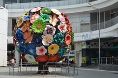 Singapore - Flower Sculpture Outside Vivo City HarbourFront (Le Monde1) Tags: sculpture flower nikon singapore asia harbour colonial front singaporecity vivocity straitofmalacca malaypeninsula d7000 lemonde1