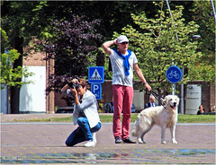 Wrong Object (Hindrik S) Tags: photo photographer people street straat strjitte straatfotografie streetphotography square plein aldehoustertsjerkhf liwwadden leeuwarden ljouwert minsken mensen minoltaamount dog hn hond man vrouw woman frou sonyphotographing sony sonyalpha 16300 tamron16300 tamronaf16300mmf3563dillvcpzdmacrob016 a57 57 slta57 oldehoofsterkerkhof candid kh2018 2016