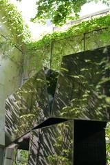 Kosso Eloul, Équinoxe, 1983 (art_inthecity) Tags: sculpture montréal art montreal canada mmfa mbam muséedesbeauxartsdemontréal montrealmuseumoffinearts jardindesculptures sculpturegarden publicart artpublic outdoorsculpture insitu kossoeloul équinoxe equinox steel acier réflexion reflexion green vert leaves feuilles creativecommons attribution