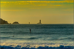 Coucher de soleil sur la baie des Trpasss (jyleroy) Tags: europe france bretagne brittany frenchbrittany ocan ocean mer sea atlantique atlantic baie bay pointeduraz baiedestrpasss surf vague wave coucherdesoleil sunset canon eos 700d rebel t5i nationalgeographicgroup ngc phare lighthouse