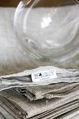 graue Leinen-Servietten aus Litauen, gekpftes Weinglas als Aperoschale (letizia.lorenzetti) Tags: servietten apero leinen litauen litauisch lituanian stoff textil glas weinglas schale nssli aperonsschen erdnsse spanischnssli