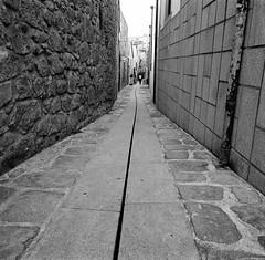 Narrow streets (miroir.photographie) Tags: 125 2016 ilfort mamiya mamiya6 porto argentique analogique filmisnotdead film mediumformat blackwhite bw portugal plustek opticfilm120 120 75mm