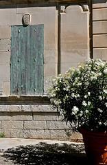 rsidence secondaire (jean-marc losey) Tags: france provence vaucluse lubron mnerbes village perch fentre volets clos lauriers blanc d700