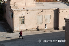 Khiva: at the North Wall - women and phones (10b travelling) Tags: 10btravelling 2015 asia asien bogchadarvoza carstentenbrink centralasia iptcbasic ichankala ichonqala khiva silkroad sovietunion ussr uzbek uzbekistan xiva gate mobile north phones shadows tenbrink thestans walking women