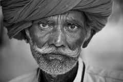 Inde: Rajasthan, portrait. (claude gourlay) Tags: inde india asie asia indedunord northindia claudegourlay retrato ritratti face people rajasthan osian homme man nb bw noiretblanc blackandwhite portrait