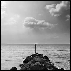 23/12/12 (Anto Retouche) Tags: ocean sea blackandwhite cloud mer rock square nikon noiretblanc horizon contraste nuage vague rocher panneau croix carr charentemaritime chatelaillonplage nikon1v1