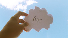 . (Yahhar) Tags: blue boy sky cloud color paper day finepix mao fujifilm draw nuvem ceu fujinon yahhar