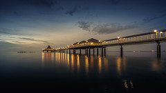 the baltic night (K.H.Reichert) Tags: longexposure sky beach night strand deutschland pier jetty himmel balticsea dmmerung ufer ostsee nachtaufnahme steg nighshot twighlight mecklenburgvorpommern seebrcke heringsdorf zwielicht anlegesteg