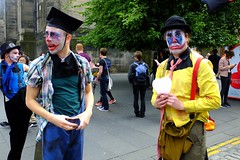 Fringe on the Mile 2016 089 (byronv2) Tags: edinburgh edimbourg edinburghfestival edinburghfestivalfringe edinburghfringe fringe fringe2016 edinburghfringe2016 edinburghfestivalfringe2016 festival royalmile oldtown peoplewatching candid street performer man men clown clowns makeup costume colour yellow
