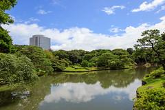Un batiment dpasse (StephanExposE) Tags: japon japan tokyo rikugien jardin garden parc park nature arbre tree eau water ciel sky nuage cloud canon 600d 1635mm 1635mmf28liiusm stephanexpose