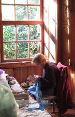 nona na janela (gedudo) Tags: longevidade janela croch av serragacha trabalhosmanuais tradio casacolonial