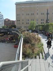 High Line Park at West 18th Street (Quevillon) Tags: unitedstatesofamerica newyork newyorkcity manhattan midtownmanhattan meatpackingdistrict park highlinepark highline newyorkcityparks