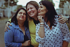Amigas (TheJennire) Tags: photography fotografia foto photo canon camera camara colours colores cores light luz young tumblr indie teen hair smile face amigas women people mother portrait happy fun blue