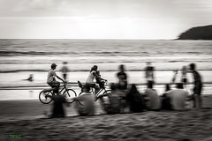 Paseo en familia.- (Pablin79) Tags: sea summer sky people white seascape black blur beach water monochrome bike brasil skyline digital canon eos reflex sand holidays waves afternoon ride shore 5d vacations pipa sweeping camboriu markii canoneos5dmarkii 5dmkii pabloreinsch pabloreinschphotography pablin79