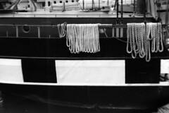 PARCELLE 16-027_35 (gyjishukke) Tags: analog argentique monochrome corde coque bateau boucle bastingage contraste noir blanc ilford delta400 800iso selfdevelopment hc110 dilb 10 20 x700 bw