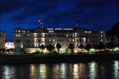 Hotel Sacher (Salzburgo, 21-7-2016) (Juanje Oro) Tags: 099 2016 austria salzburgo patrimoniodelahumanidad whl0784 horaazul nocturna rio bandera hotel reflejo