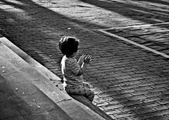 DSC_0623 (PaloSalvatore) Tags: argentina sanisidro buenosaires plaza square babygirl baby girl niña kid blackandwhite blancoynegro capturemoments capturandomomentos capture moments street calle streetphotography fotografiacallejera nikon photography aplausos applause aplaudiendo applaunding happiness felicidad