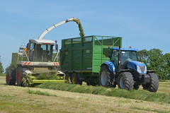 Claas Jaguar 890 SPFH filling a Smyth Field Master Trailer drawn by a New Holland T7050 Tractor (Shane Casey CK25) Tags: claas jaguar 890 spfh filling smyth field master trailer drawn new holland t7050 tractor cnh nh blue rathcormac newholland self propelled forage harvester green silage silage16 silage2016 grass grass16 grass2016 winter feed fodder county cork ireland irish farm farmer farming agri agriculture contractor ground soil earth cows cattle work working horse power horsepower hp pull pulling cut cutting crop lifting machine machinery nikon d7100 tracteur traktori traktor trekker trator cignik
