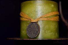 610_0709_2048 (a.marquespics) Tags: clover trefoil trevo medalha colar medal plaque placa vela candle lao snood verde green nikon d610 28105mmf3545d closeup metal cera textura