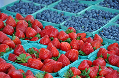 Blueberries and strawberries (Perl Photography) Tags: blueberries berries strawberries berry blueberry strawberry fruit basket market fresh organic agriculture farm garden antioxidants healthy nutritious juicy red blue sweet produce