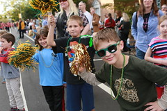 Kids loving the Homecoming parade (William & Mary Photos) Tags: select homecoming parade wm wmhc williamandmary williammary collegeofwilliamandmary collegeofwilliammary greenandgold alumni fall