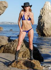 Beautiful Blonde Swimsuit Bikini Fitness Model Go