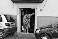 laden im ug salerno (josefcramer.com) Tags: europe summer italy italia italien ventimiglia lucca pesaro gallipoli salerno murlo siena urban people street strase menschen leica m9 m 35mm summicron asph sommerurlaub josef cramer alassio menton strasenfotografie streetphotography