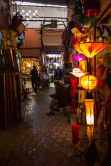 _MG_3708 (JF Marrero) Tags: marruecos maroc marocco marrakesh marrakech yamaaelfna hombre man vlo zoco zouk oscuridad darkness luces lights lumieres lamparas lamps color colors colour colours gente personas people sentado persona person sentada siting bander