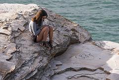D3332-La soledad acompañada del móvil (Eduardo Arias Rábanos) Tags: robados candidslumix panasonic g6 eduardoarias eduardoariasrábanos chica girl soledad lonelyness adolescente teen móvil smartphone celular piernas legs