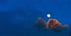 Photo montagne minimaliste / Souvenir d'un soir d'hiver 2015 (BOILLON CHRISTOPHE) Tags: landscape paysage montagne lune sunset minimaliste photoboillonchristophe blue mountain aiguillesdechamonix expo