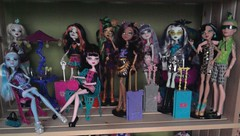 Monster High in Scaris (Just a Nobody) Tags: blue abbey monster de high wolf doll frankie nile cleo fashiondoll stein mattel deuce playset rochelle gorgon goyle lagoona scaris clawdeen draculaura skelita jinafire